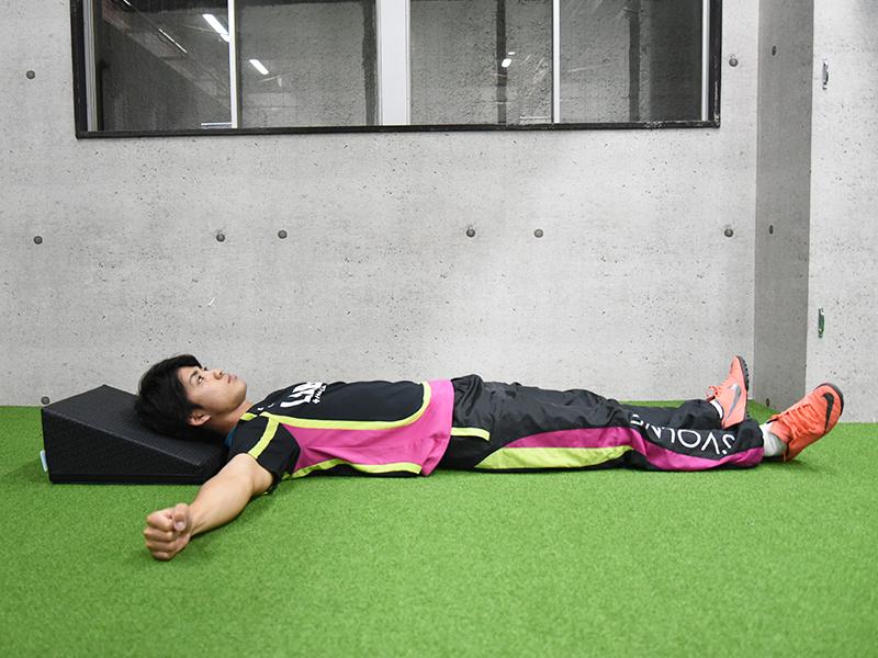 横から見た場合の横向け腕挙上エクササイズのスタート姿勢