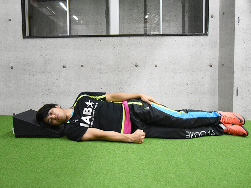 横向き腕挙上エクササイズの実施姿勢その3